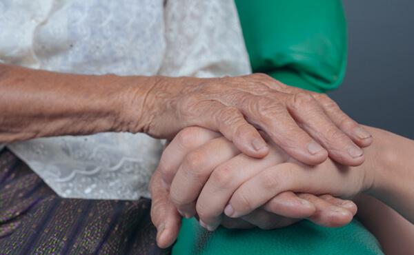 มือของหญิงชรา